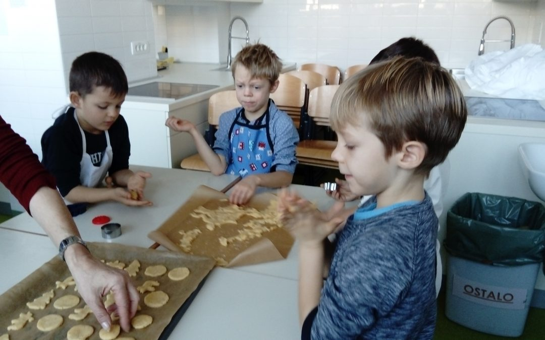 Praznična peka piškotov v 1. B